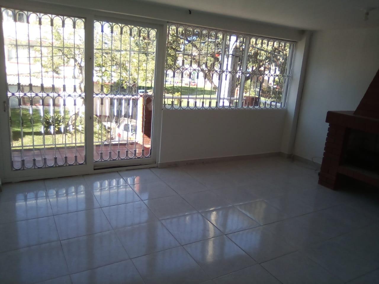 Foto 15 segundo piso sala con chimenea y balcon